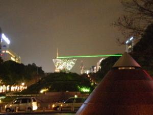 テレビ塔に照射されるレーザー光
