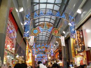 クリスマス・イルミネーションがそのまま正月用に転用・・・経済的だ・・・