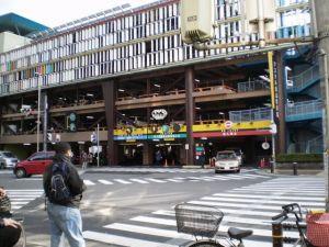 「車が出庫します」という奇妙な日本語アナウンスが流れる駐車場