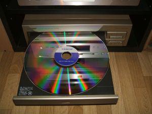 絵が出るレコード・・・光り輝くレーザーディスク・・・の裏面も輝く・・・