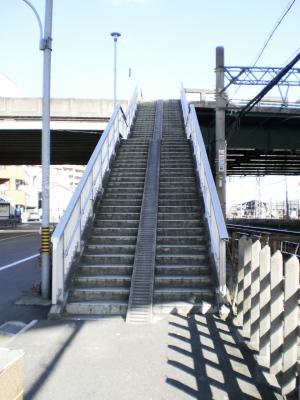 高速高架下の横断歩道・・・急勾配で自転車引っ張るのは怖いぜ・・・