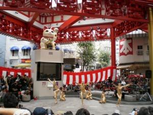 ふれあい広場で大駱駝艦の金粉舞踏パフォーマンス