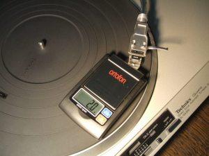 針圧計にレコード針を乗せて針圧を測っているところ