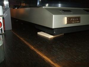 プレーヤーの前足に3mmの板をかませて水平レベル調整