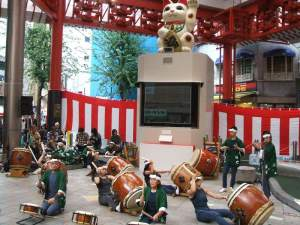 大須商店街 ふれあい広場(招き猫)にて 大須太鼓演舞中