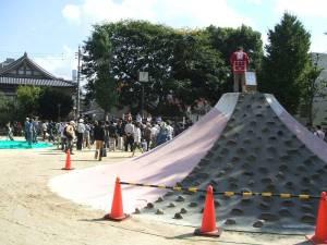OS☆U 富士山公園 リング上でのパフォーマンスを富士山の上で撮影する大須商店街のスタッフ(たぶん)
