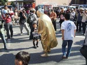 大駱駝艦 投げ銭する子ども・・・終わったらそそくさと逃げるように立ち去ったカメラマンが多い中での救い・・・