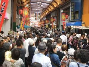 混雑最中の大須商店街、花魁道中が来るらしい・・・